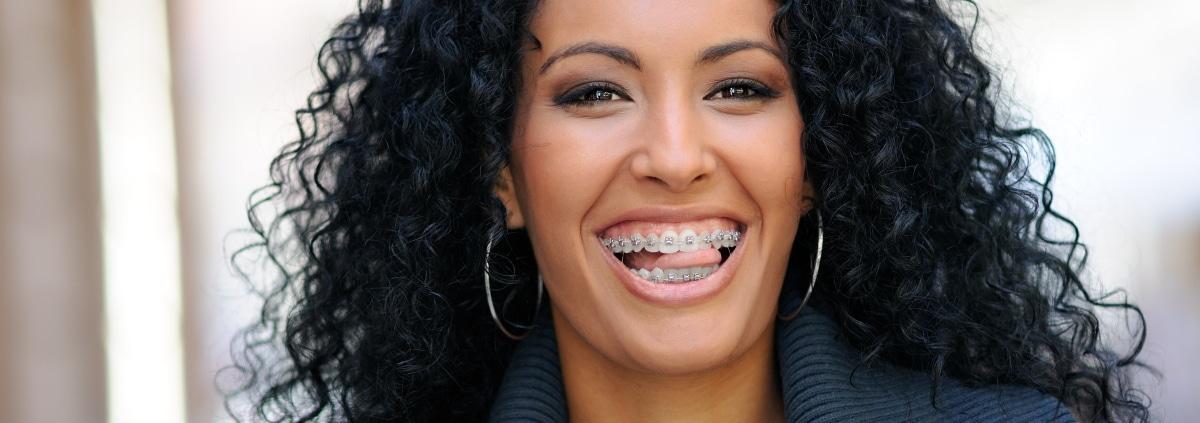 Frau laechelt mit fester Zahnspange