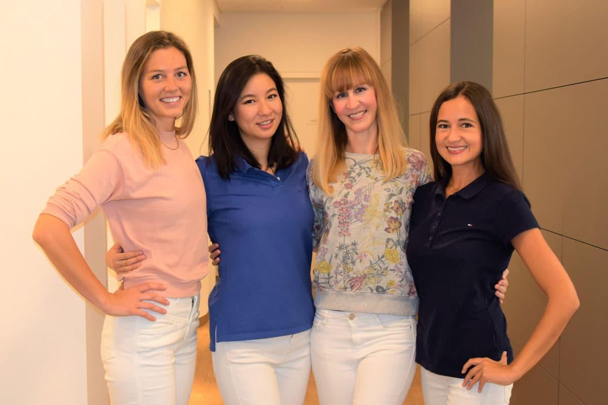 Das Ärzte-Team von DENTAL ONE®: Ella-Lisa Lipps, Danby Salbeck, Dr. Eva Huff, Dr. Alexandra Rajces