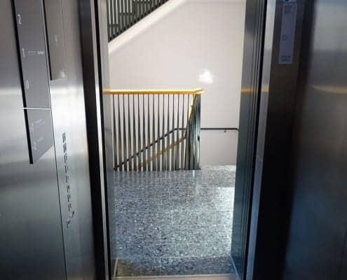 barrierefreier Ausgang aus großem Aufzug in der Leopoldstraße 37 in München