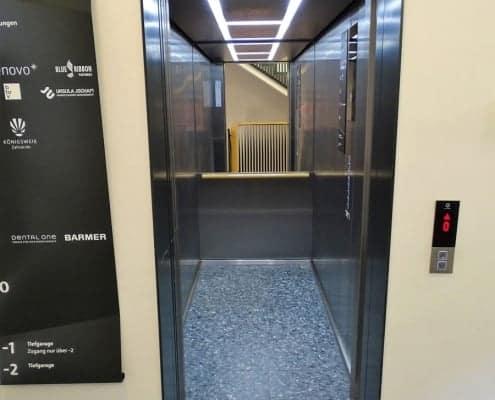 barrierefreier Zugang zum großen Aufzug in der Leopoldstraße 37 in München