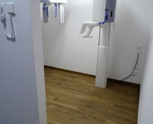 höhenverstellbares Panorama-Röntgengerät (OPG) mit breitem, barrierefreien Zugang beim Kieferorthopäden an der Münchner Freiheit