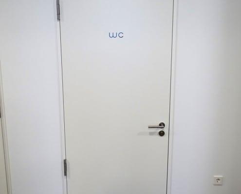 besonders breite Tür zum barrierefreien WC in KFO-Praxis in München Schwabing