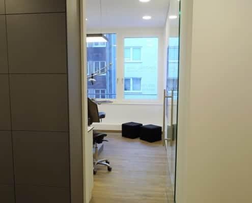 breiter, barrierefreier Zugang zu einem Behandlungszimmer beim Kieferorthopäden in München