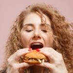 Frau ist mit Zahnspange Burger