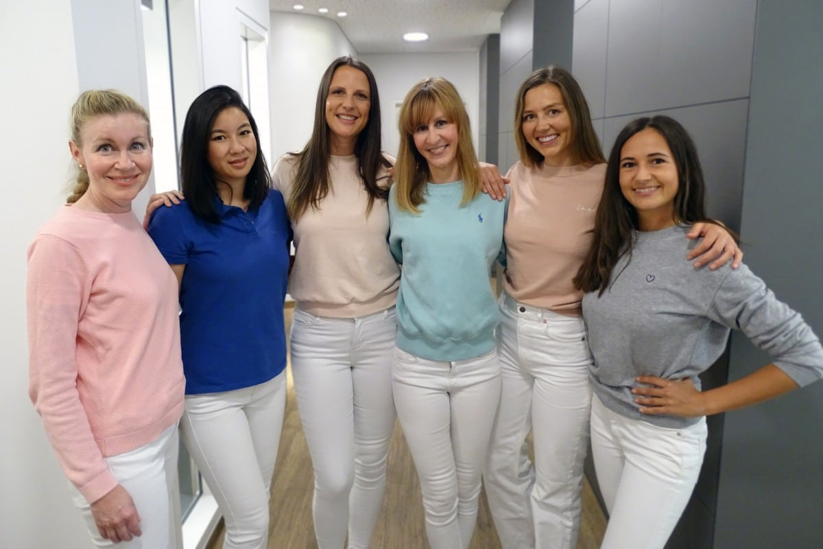Das Ärzte-Team von DENTAL ONE®: Dr. Franziska Meschke, Danby Salbeck, Dr. Anna Blaser, Dr. Eva Huff, Ella-Lisa Lipps, Dr. Alexandra Rajces