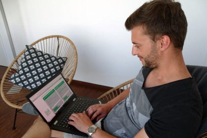 junger Mann vereinbart online einen Termin bei einem Kieferorthopäden in München